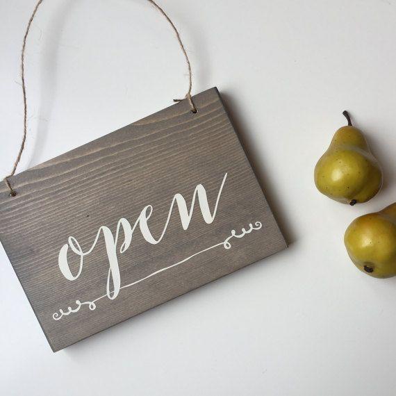 Het perfecte open en gesloten teken voor uw kleine winkel of studio! Dit teken meet 7,5 lange 5.5 hoog, en omkeerbare om dingen mooi en gemakkelijk!  Dit teken wordt gedaan met onze grijze vlek, maar kan worden gedaan in lichtbruin, donkerbruin en ebony - aan de inrichting van uw winkel!  Ze hangen perfect op een raam of deur met behulp van een zuignap + haak combo, die kan worden gevonden bij elk huis ijzerhandel.