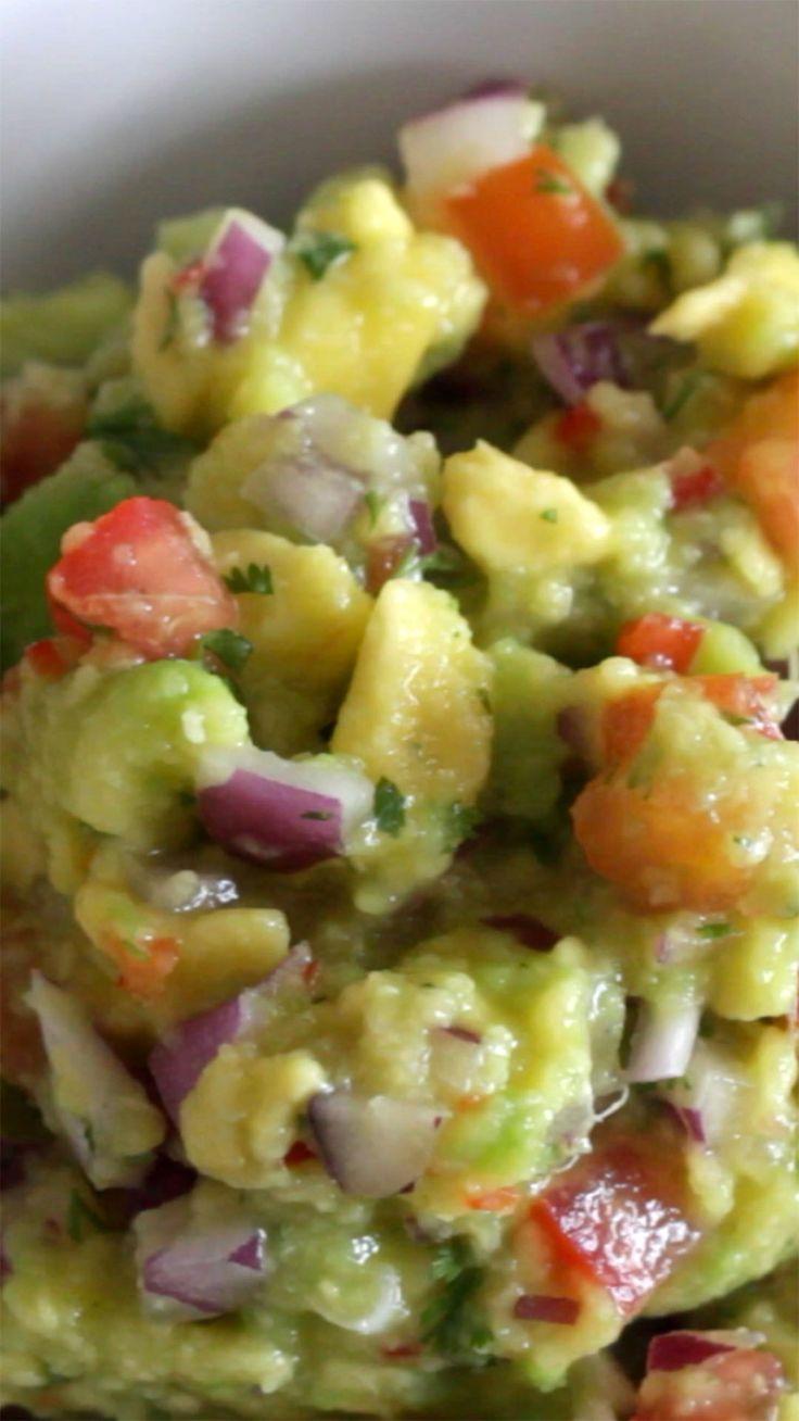 A guacamole pode acompanhar nachos, torradinhas ou até pãezinhos e é bem fácil de fazer.