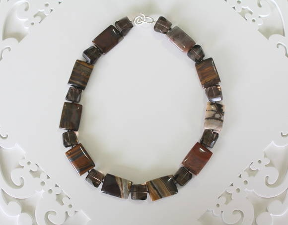 Colar confeccionado com pedras naturais de jaspe e quartzo fumê. Fecho em prata 925. Comprimento: 46,5 cm. R$ 260,00