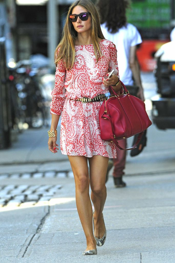 Olivia Palermo  Paseando por las calles de Nueva York con su inseparable bolso de Vuitton, sus bailarinas de serpiente y su vestido de Asos.