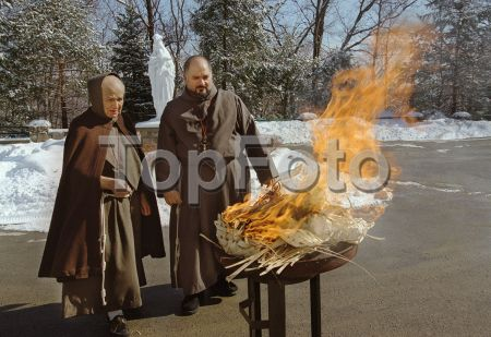 Topfoto - Preview IMW0099492 - Garrison, New York: Brother Joseph Marie Zakia (left) and Father Robert Langone, Franciscan Friars of the Atonement-Graymoor, supervise the burning of palms into ashes to be used on Ash Wednesday. The palms were those blessed at last year's Palm Sunday. They will be used as ashes on Ash Wednesday. Friday, February 23, 2001. ©Kathy McLaughlin/ The Image Works