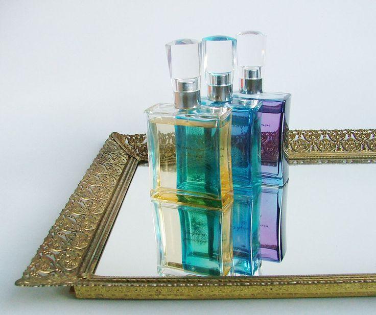 Sitios Thrift tiendas como Etsy son grandes lugares para encontrar espejos de época, que hacen de la bandeja perfecta ($ 28). Mantenga perfumes, maquillaje y lociones buscando sofisticado con esta presentación.