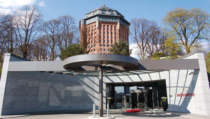 Situé dans le quartier écolo alternatif et un rien bobo de SternSchanze, au beau milieu du Schanzenpark, découvrez le Mövenpick Wasserturm de Hambourg ! Un superbe exemple de réhabilitation architecturale ! Hier un château d'eau, aujourd'hui un hôtel à l'architecture unique. Par Richard Bayon