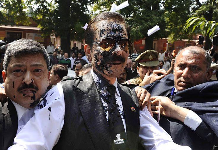 IlPost - New Delhi, India - Il presidente della compagnia Sahara India Pariwar, Subrata Roy, con il viso imbrattato di inchiostro gettato da un avvocato per protesta, mentre entra nella Corte Suprema di New Delhi. L'uomo deve rispondere alle accuse di frode. La Sahara India Pariwar è co-proprietaria di un team di Formula Uno e, fino poco tempo fa, era sponsor della squadra di una squadra di cricket indiana (AP Photo)