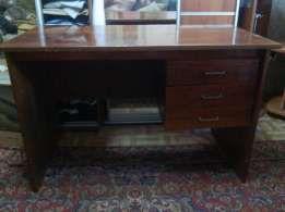 Продам стол письменный полированный б\у. 400 грн