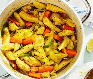 Kycklinggryta med kokosmjölk är en trevlig och färgglad kycklinggryta med smak av Asien. Rätten tar inte lång tid att tillaga och blir en uppskattad rätt till middag, vilken vardag som helst! Servera din välsmakande kycklinggryta med nykokt ris och lime skuren i klyftor.