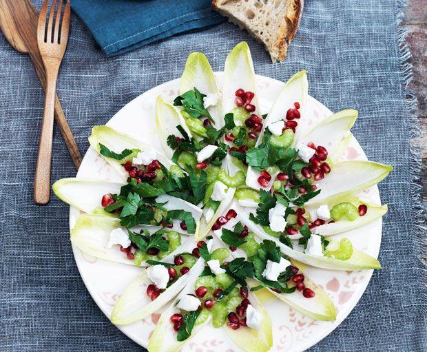 Servér en sprød salat til julens traditionelle retter. Denne variant komplementerer den tit tunge julemenu helt perfekt.