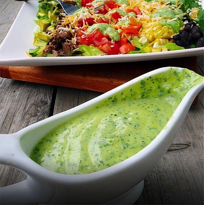 Vyskúšajte tento chutný a zdravý avokádový dressing na šaláty. Príprava vám zaberie maximálne 5 minút.