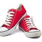 Si tienes por ahí unos zapatos tipo Converse u otros con suela blanca muy usada y tan sucias que crees que no tienen solución, le puedes devolver la vida limpiándolas con bicarbonato de sodio.    Utiliza un cepillo de dientes viejo y con una mezcla de bicarbonato de sodio y detergente de ropa empieza a limpiar los zapatos. Cuando hayas terminado, enjuágalos y deja que sequen toda la noche. Coloca papel periódico dentro de ellos para que no pierda la forma.