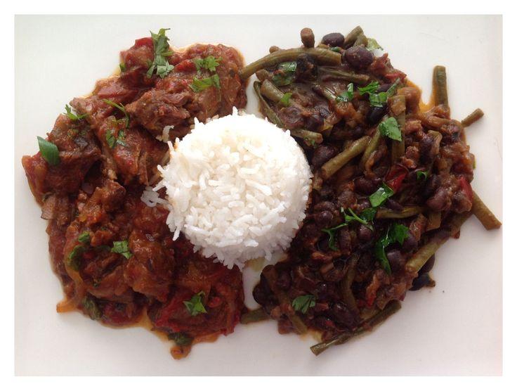Cubaanse bonenschotel met witte rijst en Ropa Vieja