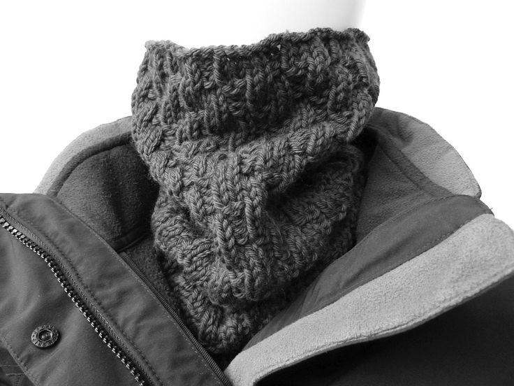 Der Halswärmer 'Diagonale Rippe' ist ein idealer Winterbegleiter für Männer, Frauen, Kinder. Er ist so lang, dass er im Notfall bis über die Ohren reicht.