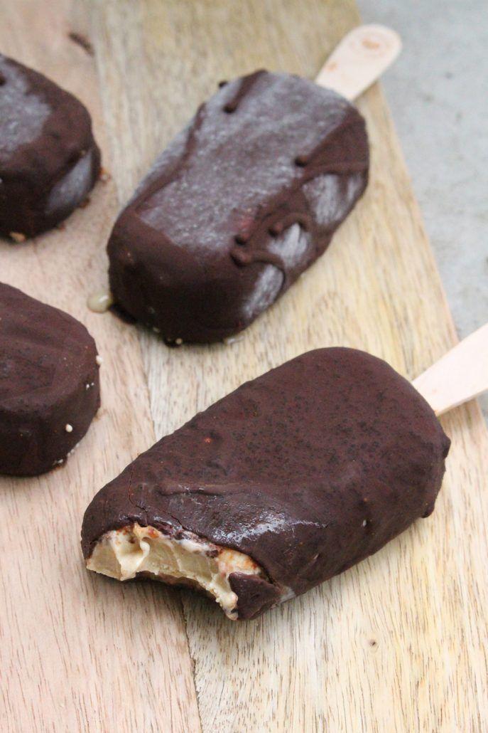 Cremiges Cashew-Eis am Stiel mit salzigem Karamell in knackiger Schokolade