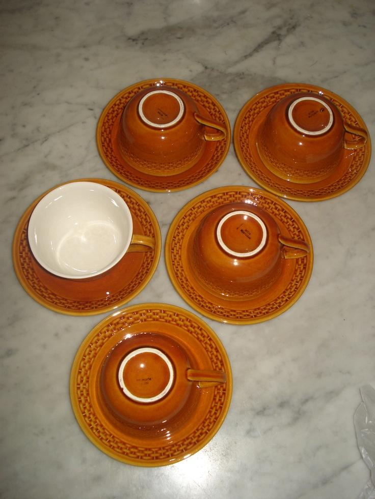 Conjunto de 5 chávenas com pires da Secla, em tom mel. (Apenas uma chávena apresenta uma pequena falha no rebordo) € 20
