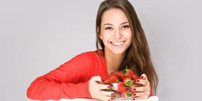 Vemale.com - Jerawat yang sedang tumbuh bisa diatasi dengan cara alami, memakai strawberry buatan sendiri.