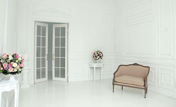 Cross+Studio Зал Стрела - небольшой классический белый зал с естественным светом и оборудованием Profoto.