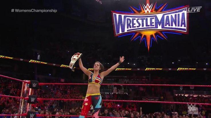 Con la ayuda de Sasha Banks, Bayley RETIENE el WWE Raw Women's Championship ante Charlotte Flair en el PPV WWE Fastlane 2017 (05/03/2017) / Twitter.com/WWEUniverse
