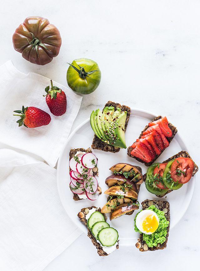 I Danmark spiser vi jo en hel del rugbrød – gerne sammen med leverpostej, spegepølse eller makrelsalat. Det kan være sjovt, sundt og smukt at toppe sin rugbrød- eller franskbrødsmad med forskellige grøntsager og frugter. Her er lidt inspiration til hvordan en sund frokost kan se ud – men det er selvfølgelig kun fantasien, der …