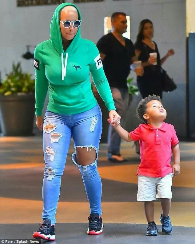 Amber rose fashion momy with the son's.