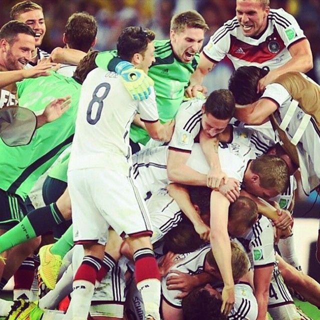 La #Germania esulta per il suo quarto titolo #Mondiale. Sono anche loro tetra-campioni del #Mondo! #Germany's joy after having won their 4th #WorldCup in their football history, equalizing #Italy's record. Just one to go to reach #Brazil!