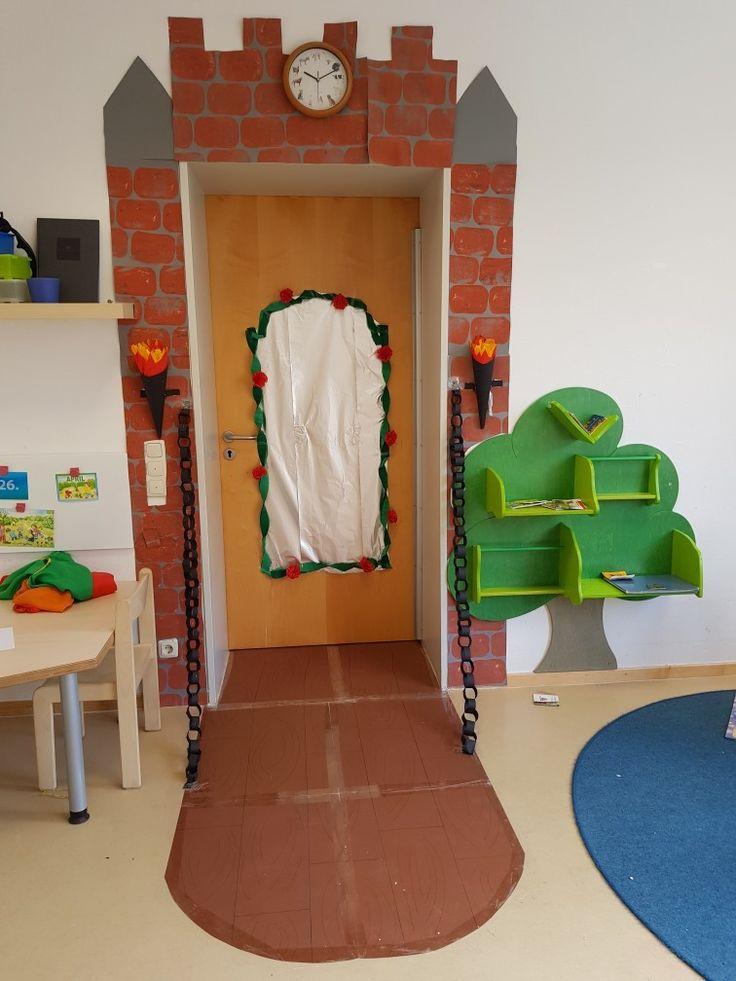 Ritterburg Märchenschloss Kindergarten Projekt Märchen Ritter Prinzessin  Wir haben jetzt das Thema Märchen hier zu habe ich ein Schloss für unseren Türahmen gebastelt innen und außen. – Jessica Zander