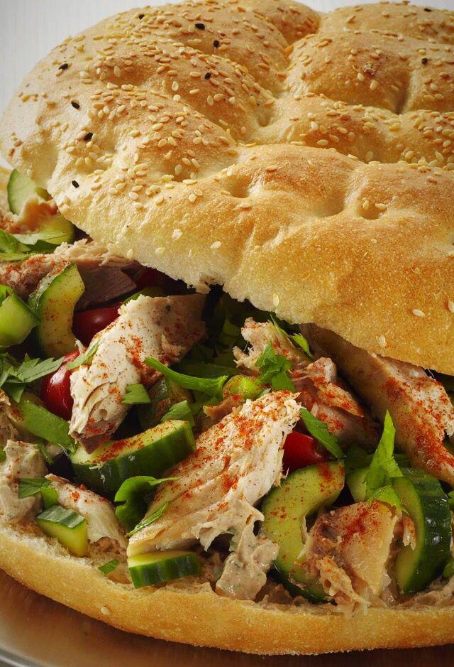 Turks brood met makreel Ingrediënten: 1 gestoomde/gerookte makreel van 400 g 1 komkommer 200 g Griekse yoghurt 3 eetlepels tahin 1 volle theelepel paprikapoeder 15 g platte peterselie, grof gehakt 1 klein Turks brood pide 1 bosuitje, in dunne ringen 8 kerstomaatjes, gehalveerd Bereiding: Verwijder het vel van de makreel en neem het visvlees van de graten. Verdeel de filets in grove stukken. Halveer de komkommer inde lengte en schraap met een lepel de zaadjes eruit. Snijd het vruchtvlees in…