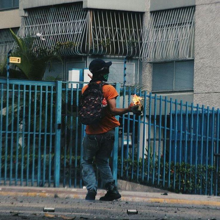 Antes de lanzar su molotov le grita a la GNB: ¿Me quieren agarrar?  ¡Vengan y agarrenme este!  La guardia le disparo seguidamente y el logro esquivar los perdigones, dando saltos de lado a lado, burlándose de ellos. Para después, continuar con su tarea...  .  .  .  #SOSVENEZUELA #CARACAS #VENEZUELA #PROTESTAS #PROTESTS #3MAY #3MAYO #ELNACIONALWEB