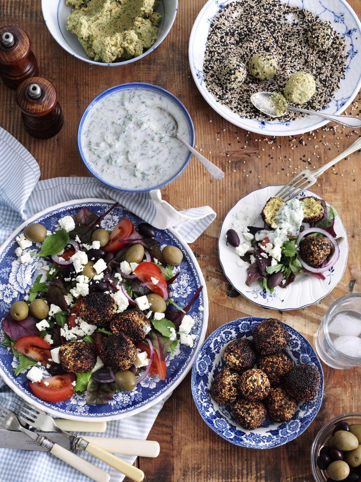 """I dag vil jeg dele en opskrift fra min kogebog """"Skønne salater & vidunderligt tilbehør"""" med jer – den bedste opskrift på hjemmelavede falafler, jeg kender til. Lav gerne en st…"""