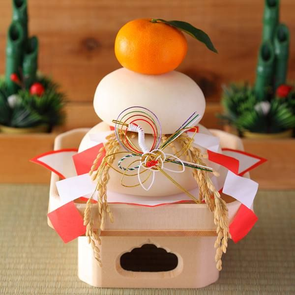 Kagami-mochi 鏡餅 : rice cakes (餅) & fruit (臭橙) offerings for Toshigami (spirits of the new year 年神), to ensure good luck & prosperity for the coming year...the rice cakes represent the past year and the new year while the fruit (daidai 臭橙) represents all family generations to symbolize continuity