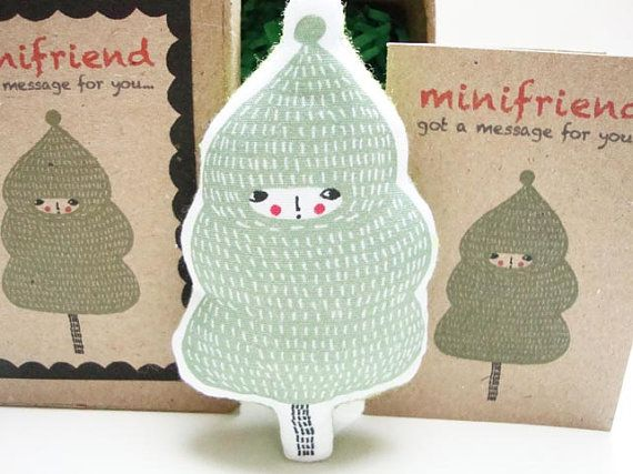 Minifriend: Maru hat eine Nachricht für Sie... A Geschenk an Ihre Freunde oder halten Sie es als Ihr Begleiter. Oder Sie können es auf ein Nadelkissen!  Maru, gedruckt auf 100 % weiße Baumwolle, gefüllt mit einer weichen Polyester und von mir genäht. Die Rückseite ist schlicht grünen Filz. Es kommt mit einer leeren Nachricht Karte im Inneren eine kleine Papier Pappmache-Schachtel.  Größe: 8.5cmH x 5cmW Kastengrösse: 8.8cmH x 6.2cmW x 4cmD