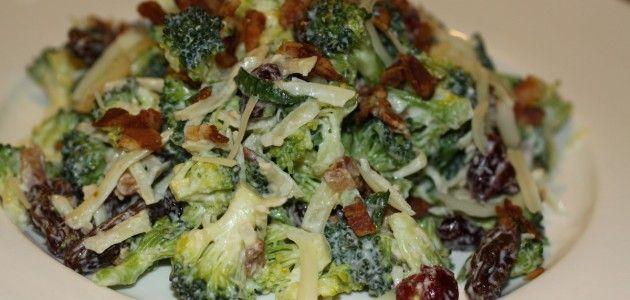 Салат из сырой брокколи с клюквой и изюмом