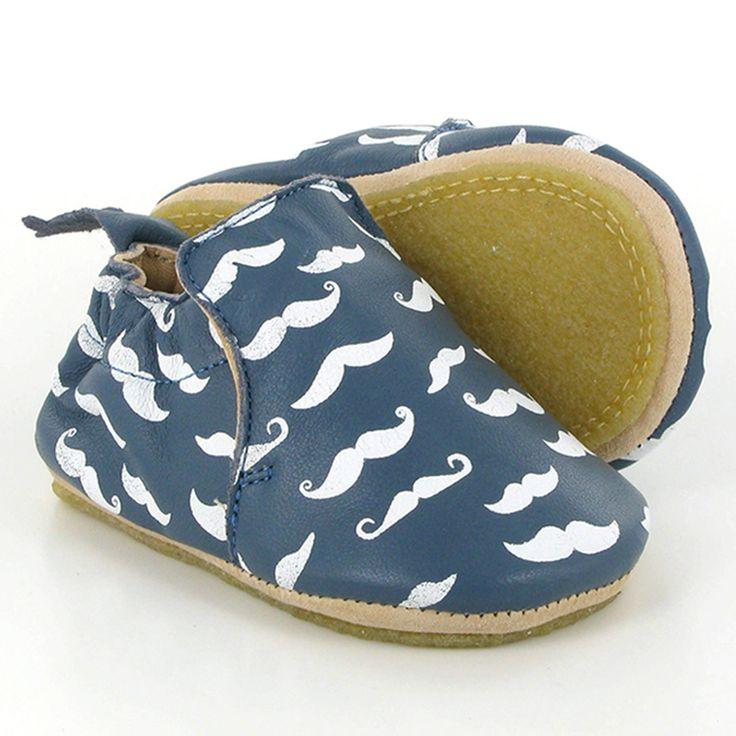 Die weichen Babyschuhe der französischen Marke Easy Peasy aus pflanzlich gegerbtem Leder sind ohne Chrom und mit Kleber auf Wasserbasis hergestellt. Das Innenfutter ist nicht gefärbt und die Innensohle ist zum einfachen Reinigen herausnehmbar. Die Schuhe sind nach ethischen Standards handgefertigt und in einem süßen Beutel aus Bio-Baumwolle verpackt. Sie lassen sich einfach überziehen und haben eine rutschfeste Sohle – ideal für die ersten Gehversuche!