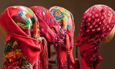 arte textil maya centro cultural banamex..Yucatán Maya El arte textil constituye la producción más artesanal del estado. Las mujeres tejedoras conocen una impactante diversidad de técnicas y ligamentos que aplican en la ropa. Y dado que convergen una impactante diversidad de grupos étnicos, climas –costa y montaña–, grupos sociales y económicos. Huipil y rebozo poseen un tipo de ornamentación y colores usados. Sus diseños están basados en símbolos mágicos- religiosos propios de cada cos