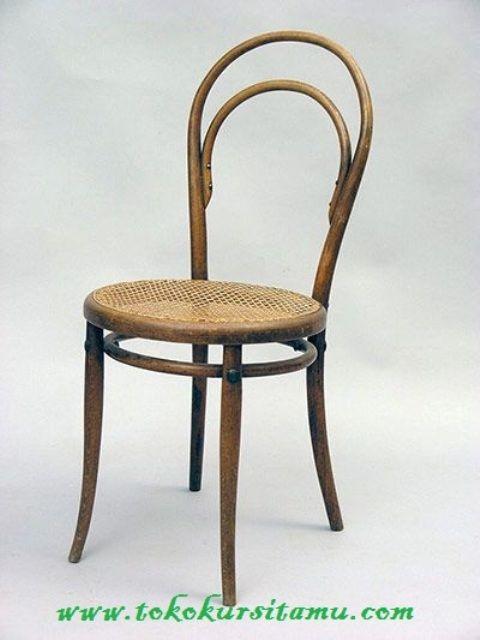 Kursi Cafe Dan Restoran Kombinasi KCF-018 ini memiliki tampilan menarik yang dikombinasikan dengan anyaman rotan pada dudukannya.