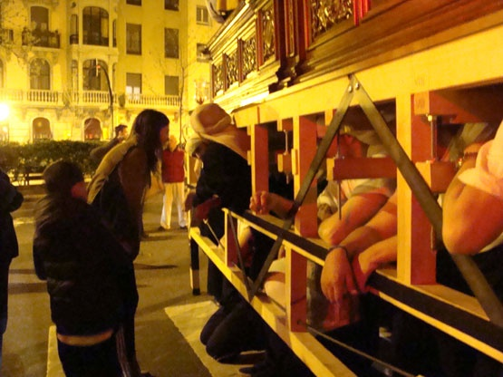 45 costaleros sacan la Santa Cena sin ruedas por primera vez en Zaragoza. El capataz Rafael Rodríguez se desplazó desde Sevilla para enseñarles. El paso no cabe por la puerta y hay que sacarlo de rodillas. Foto del ensayo del jueves.  http://www.callezaragoza.es/blog/costaleros-ensayando-con-la-santa-cena/