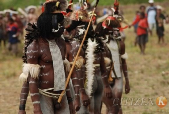 Many tribes there can be recognized from the way they use koteka.Short Koteka use at work, and the length of the decorations used in ceremony.