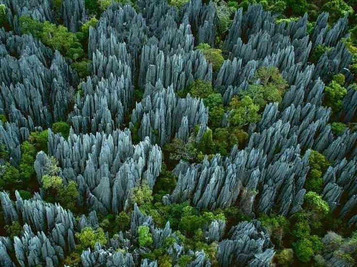 La forêt minérale étrange de Tsingy de Bemaraha est située sur la côte ouest de Madagascar.