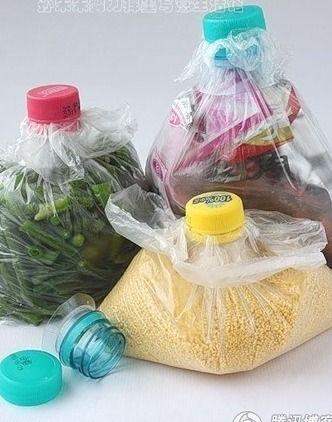 Réutilisation du goulot des bouteilles en plastique pour fermer vos sacs d'aliments.