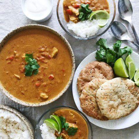 Indisk curry er en af mine yndlings indiske retter. Denne opskrift på indisk curry er med kylling og en masse lækre krydderier.