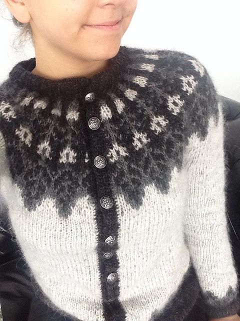 Knitted with Létt lopi instead of Álafoss lopi, makes for a lighter sweater.