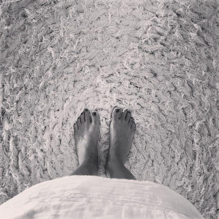 Finde XL y pies descalzos #nadamas     #linen #cushion #almohadones #deco #decor #decorate #decoracion #decorations #HOME #home #homedecor #homesweethome #homedecoration #micasa #myhome #interior #interiors #interiores #interiordesign #diseño #diseñodeinteriores #handmade #apykahome #saturday #sabado #findelargo #finde #findesemana#apykahome @apykastore