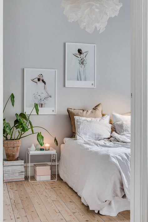 Snygga sovrum - fjäderlampa, grå tapet och trägolv