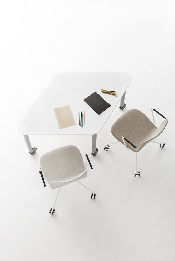 Sola universal chair with castors is suitable for short term meetings as well as for drop-in workstations. Design Antti Kotilainen.
