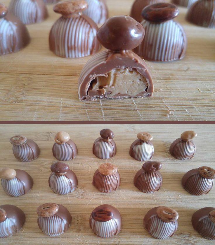Bonbons van romige melkchocolade met een koffie-caramel vulling! Koffieboontje of gechocolateerd nootje on top :)