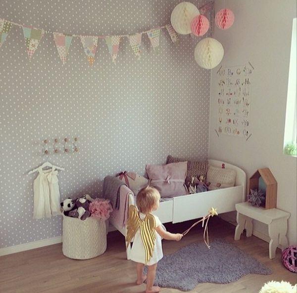 Chambre de bébé avec papier peint à pois / guirlande de fanions / boules en papier / blanc et gris