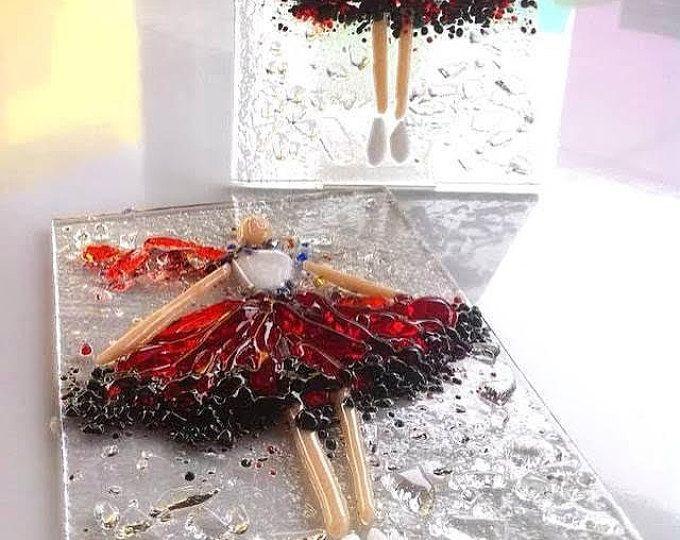 Deze kunst aan de muur gesmolten glas met magnolia bloemen.  Het is gemaakt in de techniek van het smelten, superponeren stukken glas en nadat gesmolten bij een temperatuur van 780 graden op het blad van glas.  Het zou mooi kijken in een keuken, woonkamer of hal.  Deze decoratieve plaat kan aanwezig voor uw moeder, zus, vriend, vriendin zijn.  Deze wandplaat mag met andere platen, waardoor het instellen gebruiken https://www.etsy.com/listing/273576800/plate?ref=s...