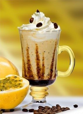 Café Maravilha: Ingredientes: - 2 colheres de sopa de leite condensado - 3 bolas de sorvete de creme - 50 ml de suco de maracujá concentrado - 3 pedras de gelo - 60 ml de Café Extra Forte - Chantilly - Calda de chocolate Modo de Servir: Bata todos os ingredientes no liquidificador menos o chantilly e a calda. Decore o copo com a calda e despeje o conteúdo do liquidificador e cubra com chantilly.