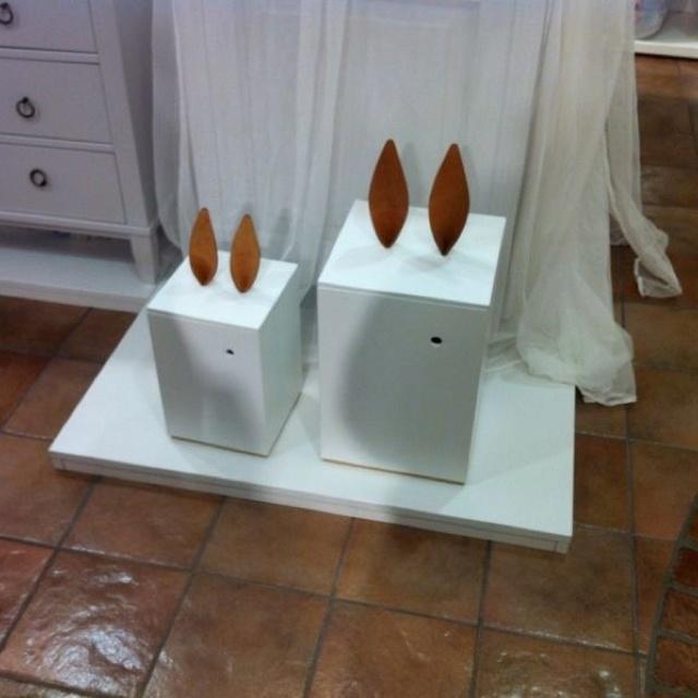 Underbar, humoristisk förvaringslåda med lock med greppvänliga kaninöron i naturskinn i svensk design av Matilda Lindblom and Sanna Lindström för Heirloom. ❤❤❤