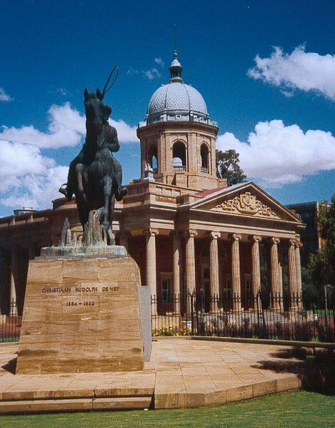 The old Raadsaal in Bloemfontein, with the statue of Christiaan de Wet