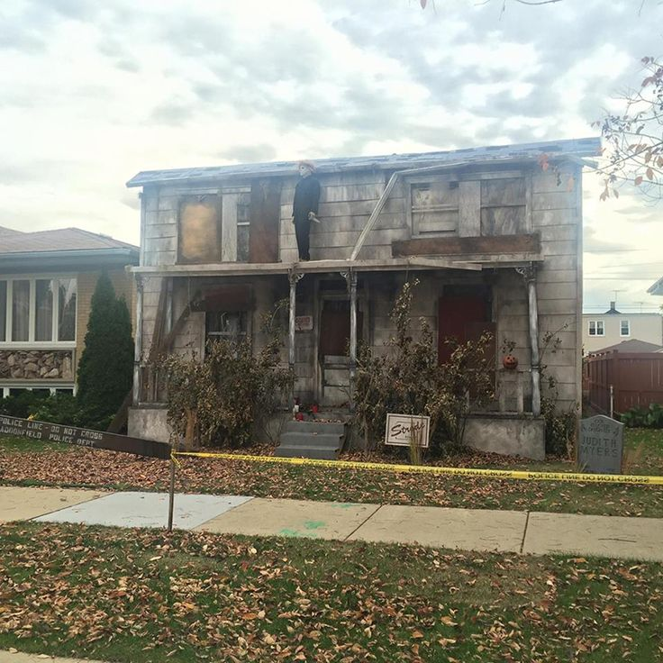 """michael myers house chicagoIf you plan on trick-or-treating down Moody Ave. near Montrose Ave. in Chicago, you will see a life-size facade of Michael Myer's house from John Carpenter's """"Halloween."""""""