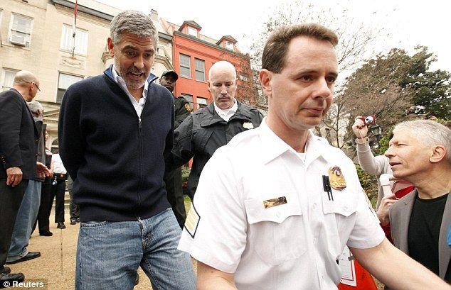 George Clooney detido por protestos em Washington DC.